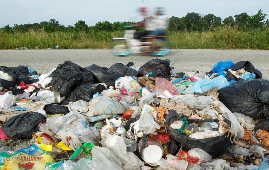 KUANTAN 12 MAY 2017. (NST ACTION LINE) Sampah yang dibuang oleh pihak tidak bertanggungjawab di tepi Jalan Kempadang mencacatkan pemandangan serta menjejaskan alam sekitar. NSTP/ MUHD ASYRAF SAWAL