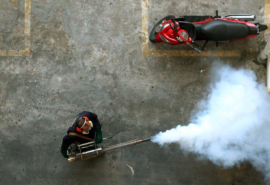 SUBANG JAYA 15 FEBRUARY 2017. Kakitangan Jabatan Kesihatan MPSJ melakukan semburan nyamuk bagi pencegahan kes jangkitan demam denggi di Apartmen Suria Kinrara, Puchong. NSTP/ ZULFADHLI ZULKIFLI.